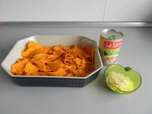 Repartís los nachos sobre una fuente