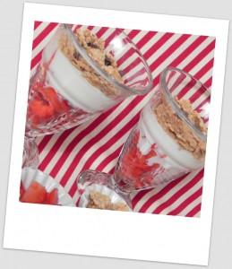 """Copa """"light"""" de fresas, yogurt y cereales"""