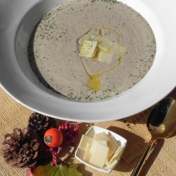 Crema de setas con lascas de parmesano
