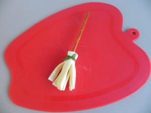 Lo atamos con el cebollino y cortamos lo que nos sobra