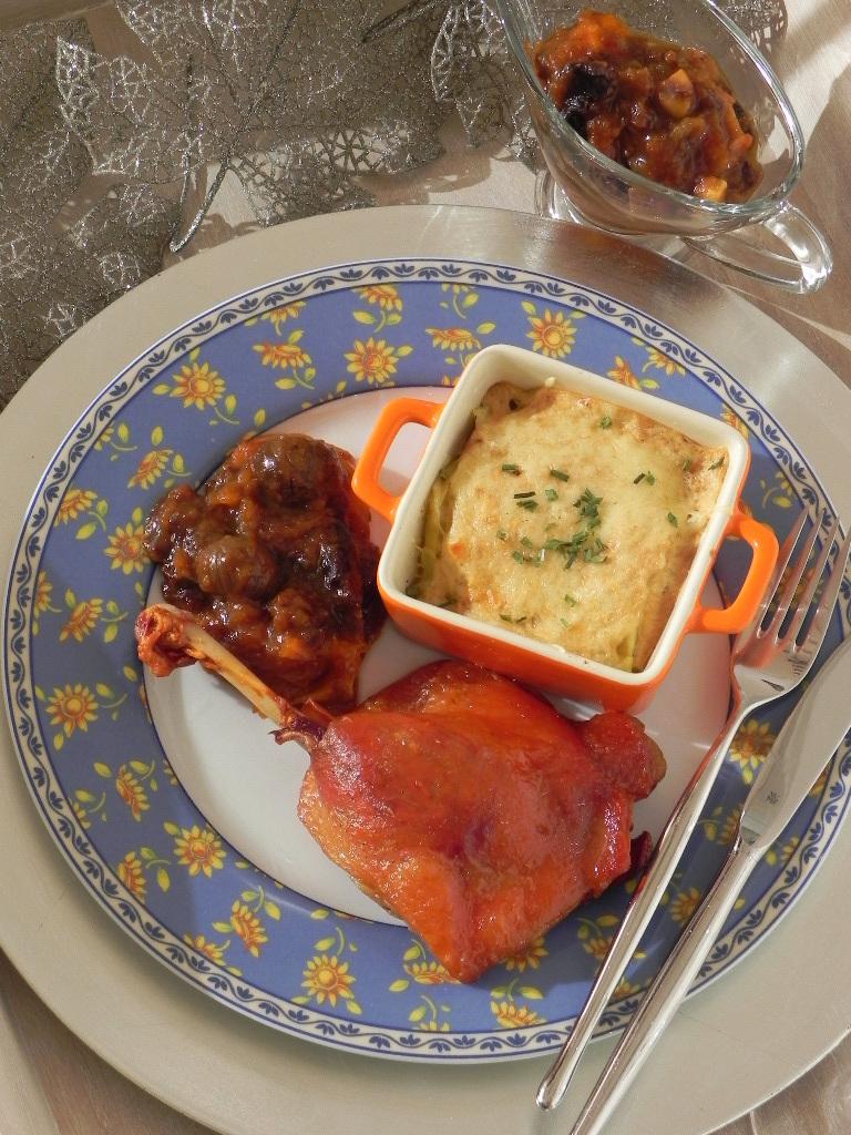 Muslo de pato en confit con compota de Navidad y gratinado de patatas a la Cocotte