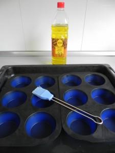Pincelamos los moldes de cupcake con aceite de oliva