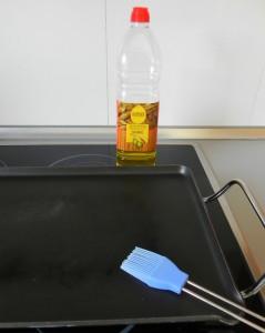 Pincelamos la mitad de la plancha con un poco de aceite