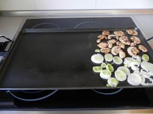 Doramos las verduras en la mitad de la plancha