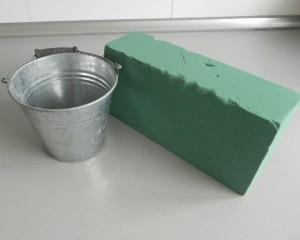 Cortamos un trozo de esponja y la colocamos dentro del recipiente