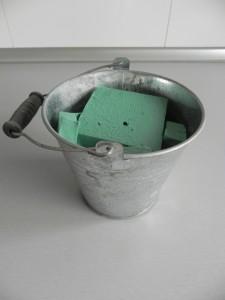 Colocamos la esponja verde dentro del recipiente