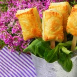 Piruletas de brie y mermelada de frambuesa