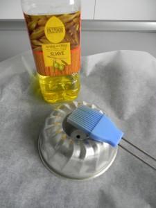 Untamos el molde con aceite para que no se nos peque la tortilla