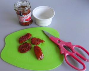 Cortamos los tomates en trocitos