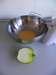Añadimos la mantequilla tibia a los huevos batidos