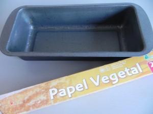Forramos un molde con papel vegetal