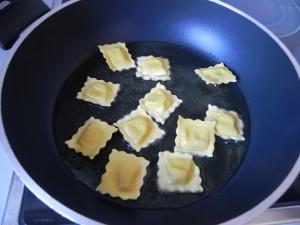 Freimos los ravioli en aceite caliente