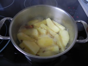 Las manzanas deben hervir hasta que estén blandas pero no rotas