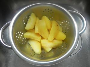 Colamos la manzana y retiramos la canela