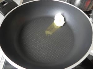 Ponemos la mantequilla en la sartén
