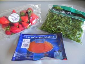 Ingredientes ensalada de rúcula, salmón y fresas
