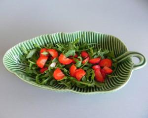 Añadimos las fresas a la rúcula