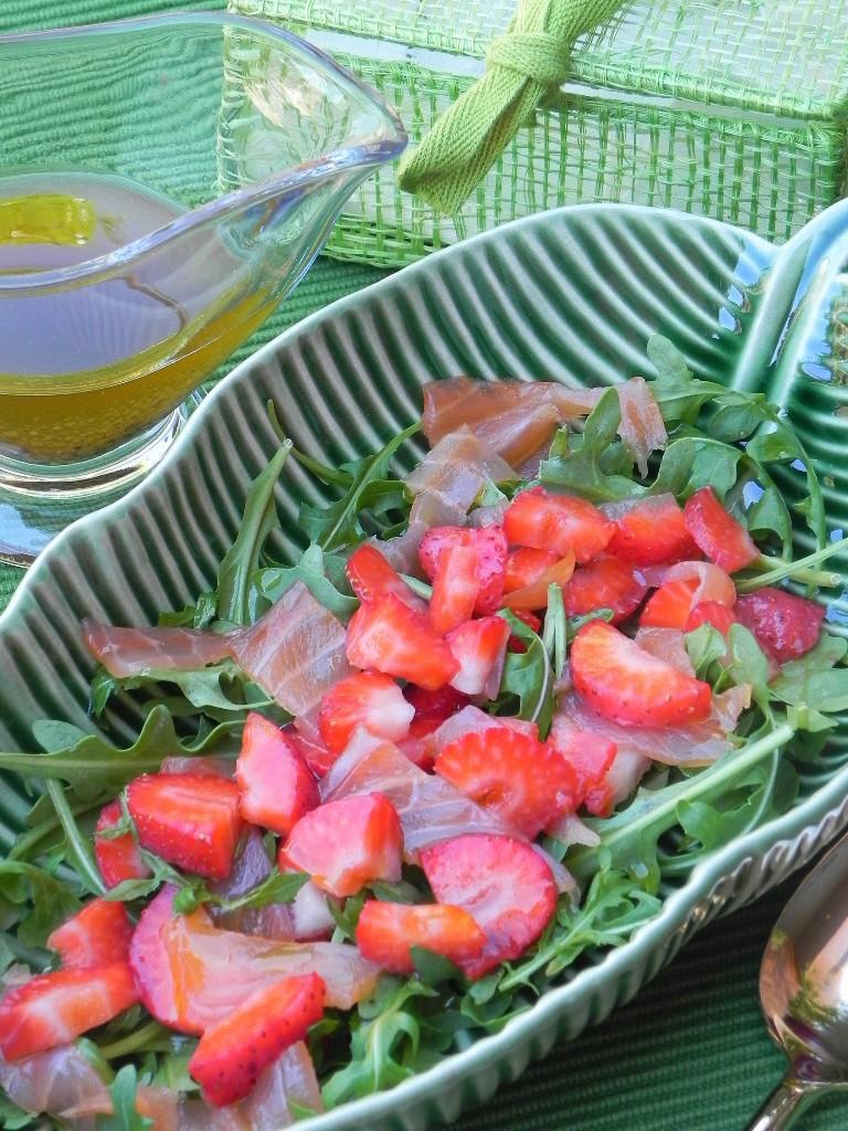 Ensalada de rúcula, salmón y fresas con vinagreta de mostaza