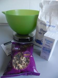 En otro bol, mezclamos la harina, la levadura, el bicarbonato y las nueces