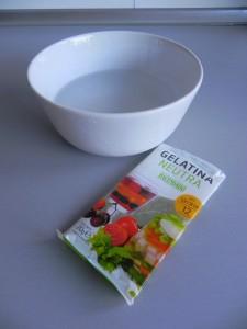 Ponemos la gelatina en remojo en agua fría 3 ó 4 minutos