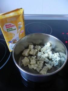 Ponemos el queso roquefort en un cazo con la nata y lo llevamos a ebullición sin dejar de remover