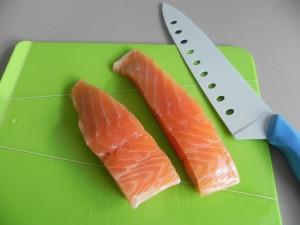 Cortamos los lomos de salmón en taquitos pequeños
