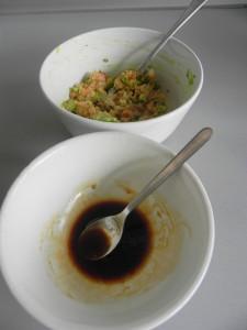 Añadimos las salsas a la mezcla de salmón y aguacate