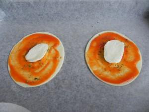 Colocamos una rodajita de mozzarella en el centro de cada pizzeta