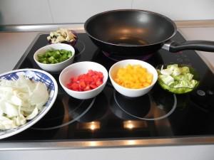 Colocamos todos los ingredientes junto al wok