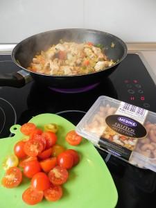 Añadimos ahora los tomatitos partidos en dos y los anacardos