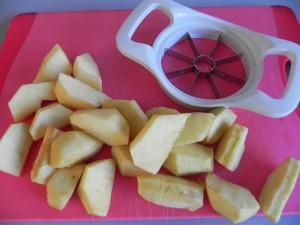 Cortamos las manzanas en gajos gordos
