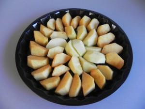 Colocamos los gajos de manzana sobre el caramelos