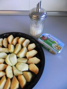 Añadimos sobre la manzana un poco de azúcar y unos pegotitos de mantequilla