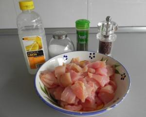 Aliñamos bien las pechugas con sal, pimienta, ajo en polvo, perejil y limón