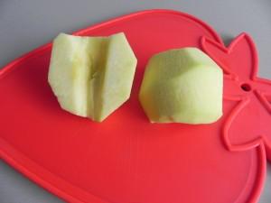 Partimos las manzanas en dos y las descorazonamos