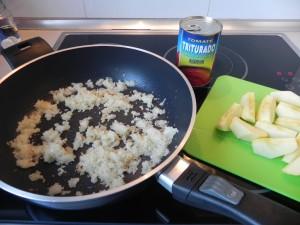 Ponemos a pochar la cebolla y cuando esté, añadimos las manzanas y el tomate