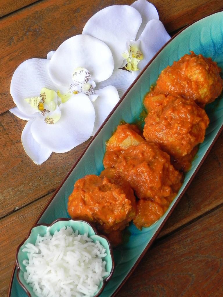 Albondigones de pollo y pavo al curry de coco y manzana