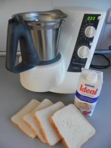 Trituramos el pan con la leche evaporada
