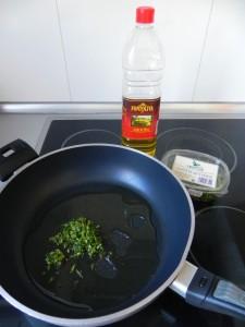 Ponemos aceite en las artén con la picada de ajo y perejil