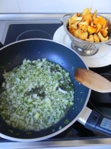 Añadimos la cebolleta a la sartén