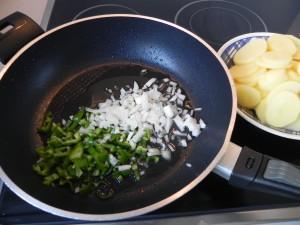 Pochamos la cebolleta y el pimiento