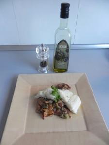 Emplatamos el bacalao sobre una cama de setas y añadimos un chorrito de aceite de oliva y pimienta