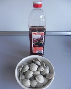 Ponemos las almejas en un poco de agua con vinagrepara limpiar la arenilla