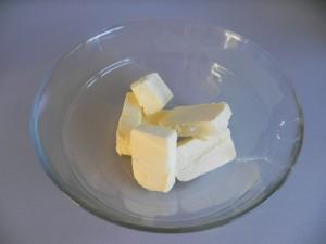 Ponemos la mantequilla en pomada en un bol