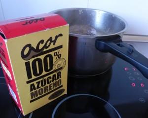Añadimos las dos cucharadas de azúcar moreno