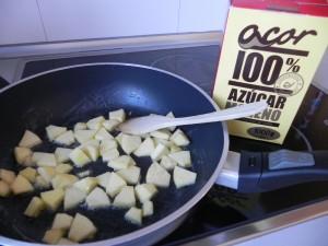Añadimos las manzanas y el azúcar moreno