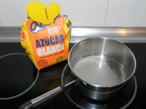 Mezclamos el azúcar con el agua