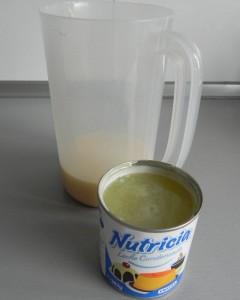 Lo añadimos al recipiente que contiene la leche condensada