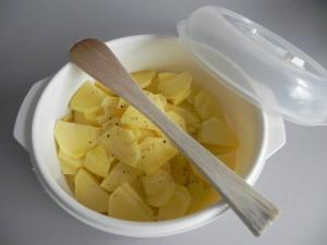 Las ponemos en un recipiente con sal, pimienta y uh chorrito de aceite y removemos