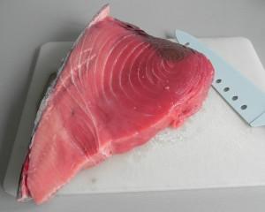 Cortamos el lomo de atún en trozos